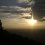 Sonnenuntergang und ein Schirm in der Luft